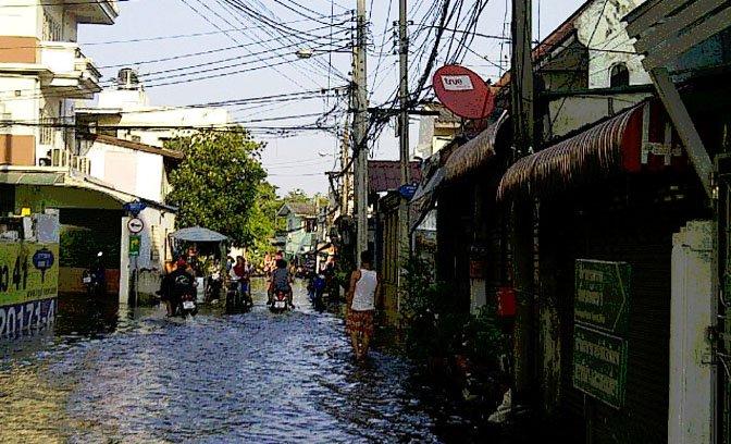 zash_floods_bangkok_street