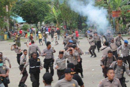 Tear Gas Fired | Photo: Arnold Belau/Tabloid Jubi