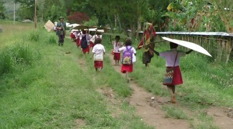 School kids protect themselves from the rain (Wamena, West Papua)