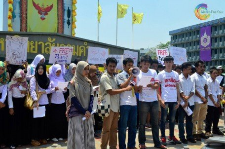 Thai Muslim students calling for the immediate release of the students. Photo by Media For You.