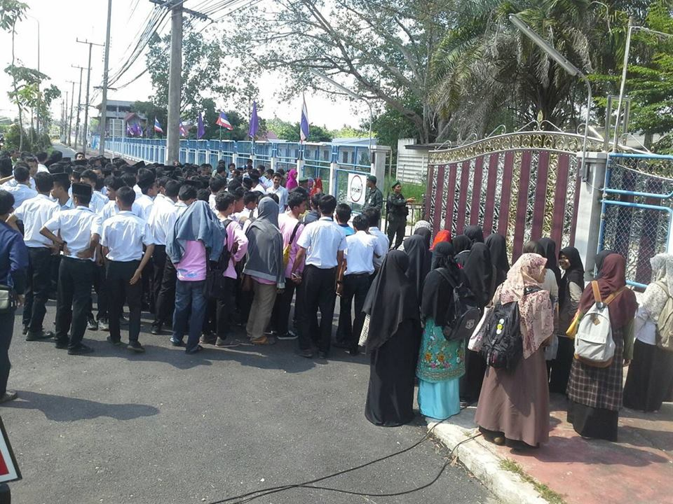 Hundreds Rally for the Release of Students Detained in ThaiSouth