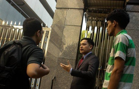A Malaysian diplomat speaking with Patani student activists. Photo: PerMAS